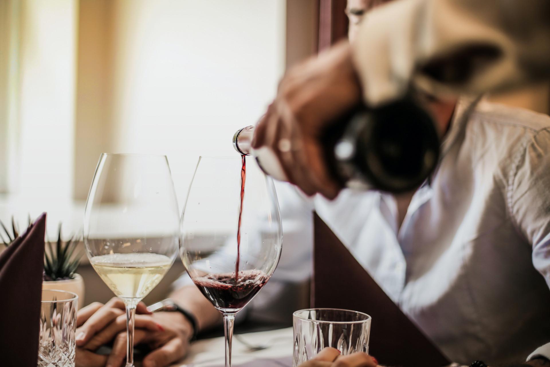 Wir sind Ihr Service rund <br> um Wein und feine Spirituosen.